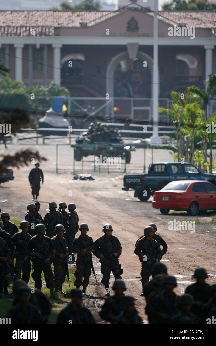 Soldiers stand in front of the presidential residency in Tegucigalpa June 28, 2009. Witnesses said Honduras' President Manuel Zelaya was detained at home by troops in a constitutional crisis over his attempt to win re-election. CNN's Spanish-language channel later quoted Costa Rican officials as saying he was in Costa Rica and seeking political asylum. REUTERS/Edgard Garrido (HONDURAS CONFLICT MILITARY POLITICS) Stock Photo