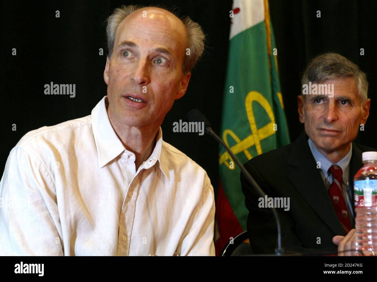 Stanford University professor Roger Kornberg (L) sits next to the Dean of the Medical School Philip Pizzo after his 2006 Nobel chemistry prize win for work in the field of gene expression, during a news conference at Stanford, California October 4, 2006. Kornberg won the prize on Wednesday for showing how genes are copied, a process essential to how cells develop and to life itself. Kornberg's prize came 47 years after he watched his father Arthur accept the medicine Nobel in Stockholm for gene work. It also crowned a week of success for U.S. scientists, who have swept all the 2006 Nobel scien Stock Photo