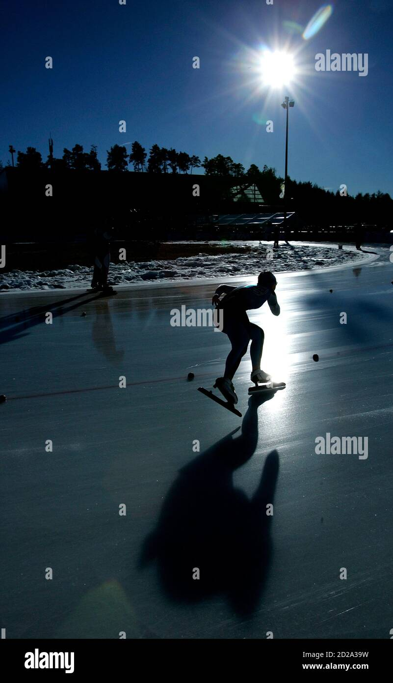 A skater cuts a curve during the women's 500 metres European Speed Skating  Championships race at the outdoor Ritten Arena in Collalbo, Italy, January  12, 2007. REUTERS/Jerry Lampen (ITALY Stock Photo - Alamy
