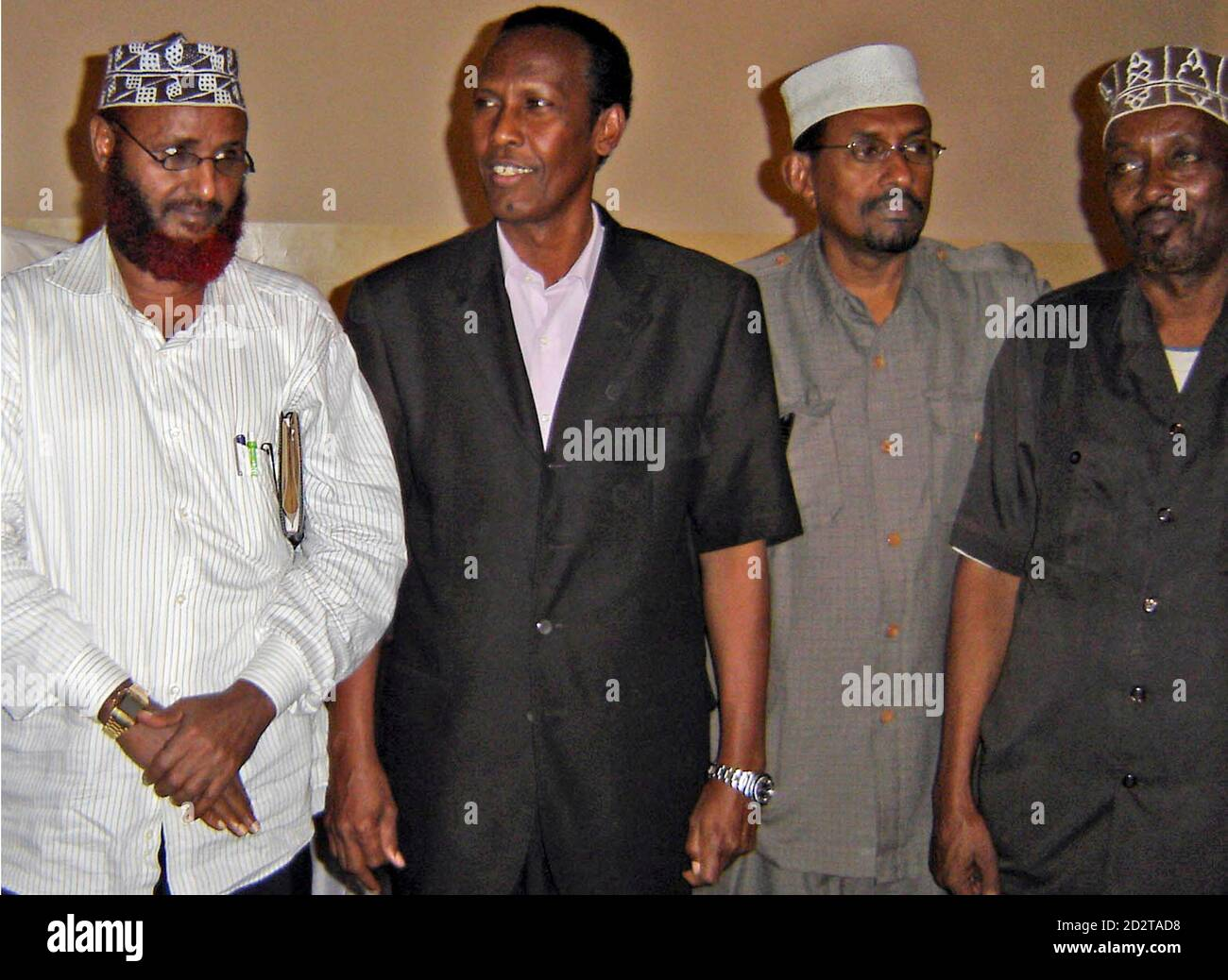 Somalia's Prime Minister Ali Mohamed Gedi (2nd L) poses for a photograph with Hawiye clan elders Mohamed Hasan Had (L), Ade Gabo (2nd R) and Ahmed Diriye (R) at the former National Security headquarters in Mogadishu October 8, 2007. Gedi has reached a truce with Mogadishu's dominant clan, some of whose fighters had supported Islamist-led insurgents in battles with government troops and Ethiopian forces earlier this year. Picture taken October 8, 2007. REUTERS/Feisal Omar (SOMALIA) Stock Photo