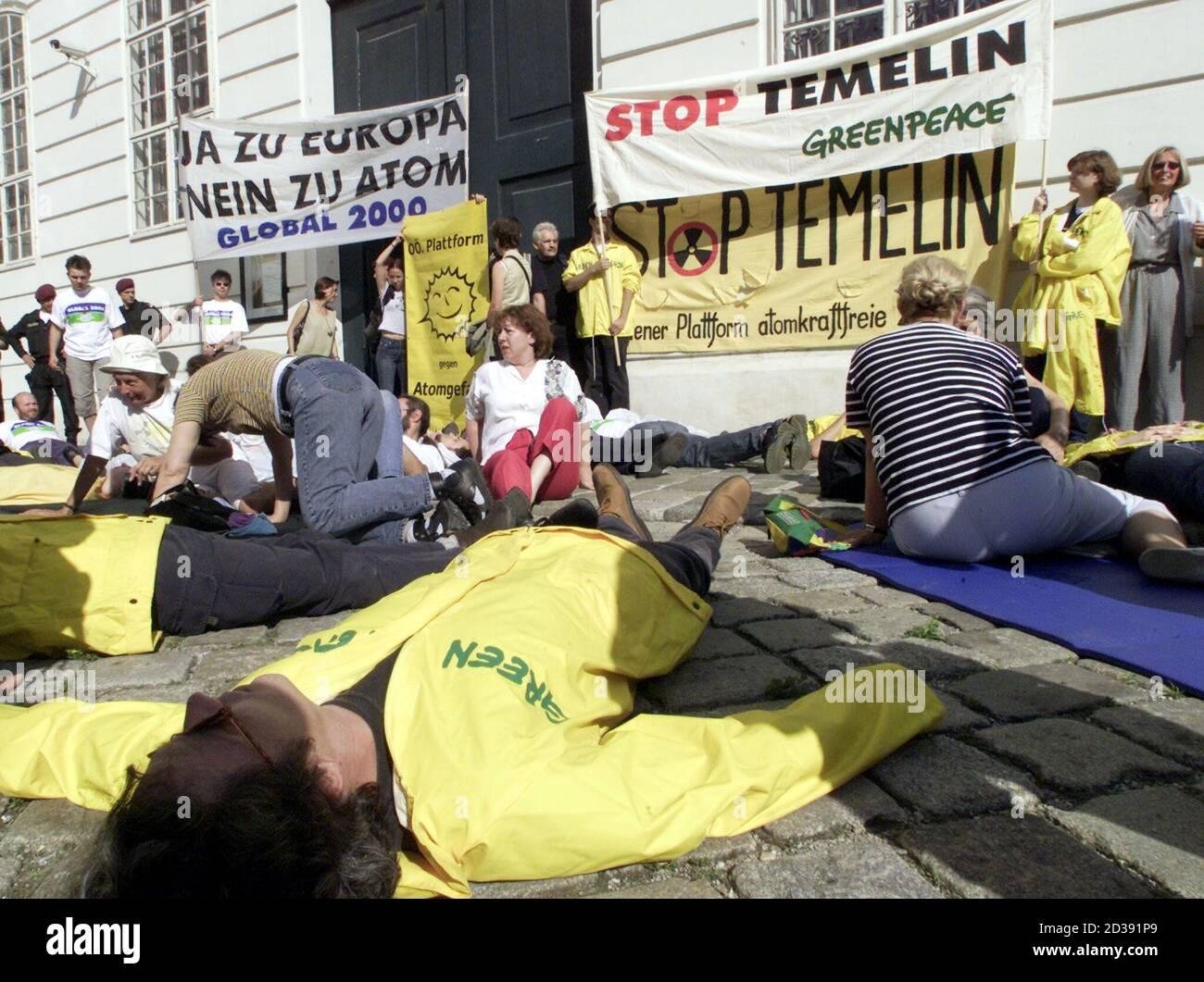 Umweltschuetzer versuchten heute, am 26. Juni 2001, das Temelin-Hearing in der Wiener Hofburg durch Pfeifen und Sprechchoere zu verhindern. Im Bild die Kundgebung vor dem Eingang zu den Redoutensaelen am Josefsplatz.  HP/ Stock Photo