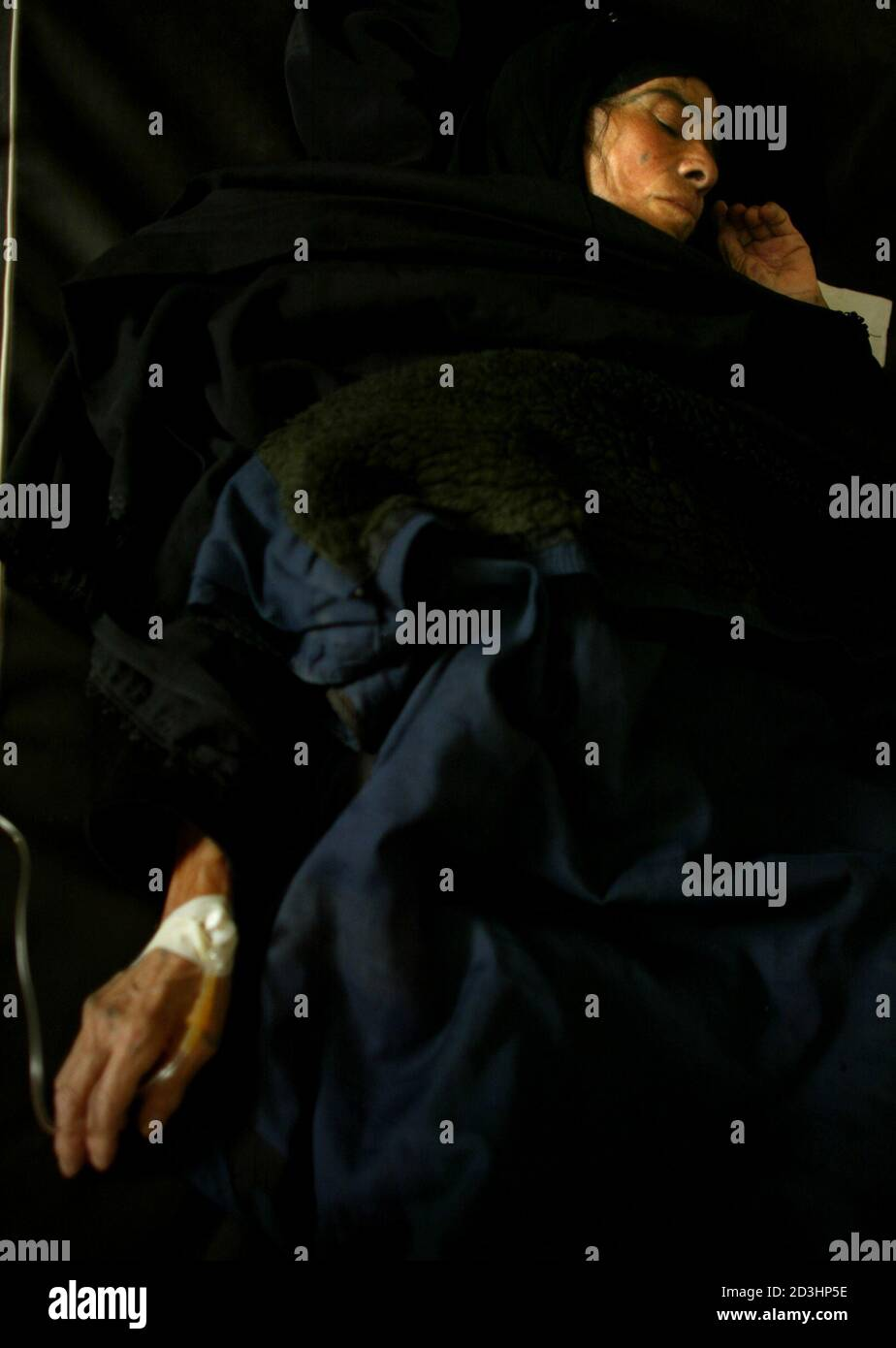 A Sick Woman Lies In Her Bed At The Saddam Hospital In The Iraqi Town Of Tikrit April 17 2003 Aid Officials Say Iraq Is In Desperate Need Of Medical And Food Ar trebui să fiți autentificat pentru a vota. alamy
