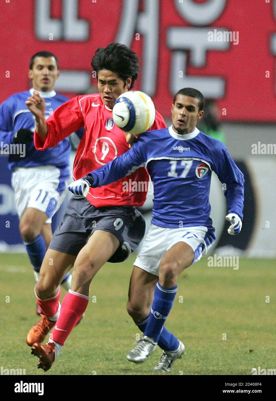 South Korea's Seol Ki-hyeon (L) and Kuwait's Bader Al-Mutwa chase the ball during the final Asian qualifying round for the 2006 World Cup, in Seoul February 9, 2005. South Korea defeated Kuwait 2-0. REUTERS/Kim Kyung-Hoon  KKH/LA Stock Photo