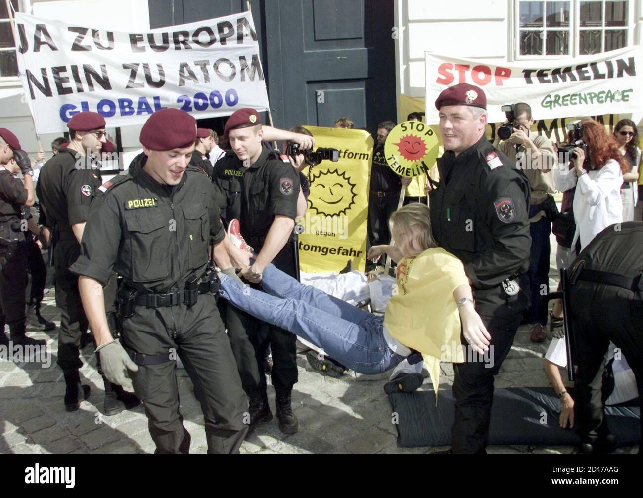 Umweltschuetzer versuchten heute, am 26. Juni 2001, das Temelin-Hearing in der Wiener Hofburg durch Pfeifen und Sprechchoere zu verhindern. Im Bild die Aufloesung einer Kundgebung vor dem Eingang zu den Redoutensaelen.  HP/ Stock Photo