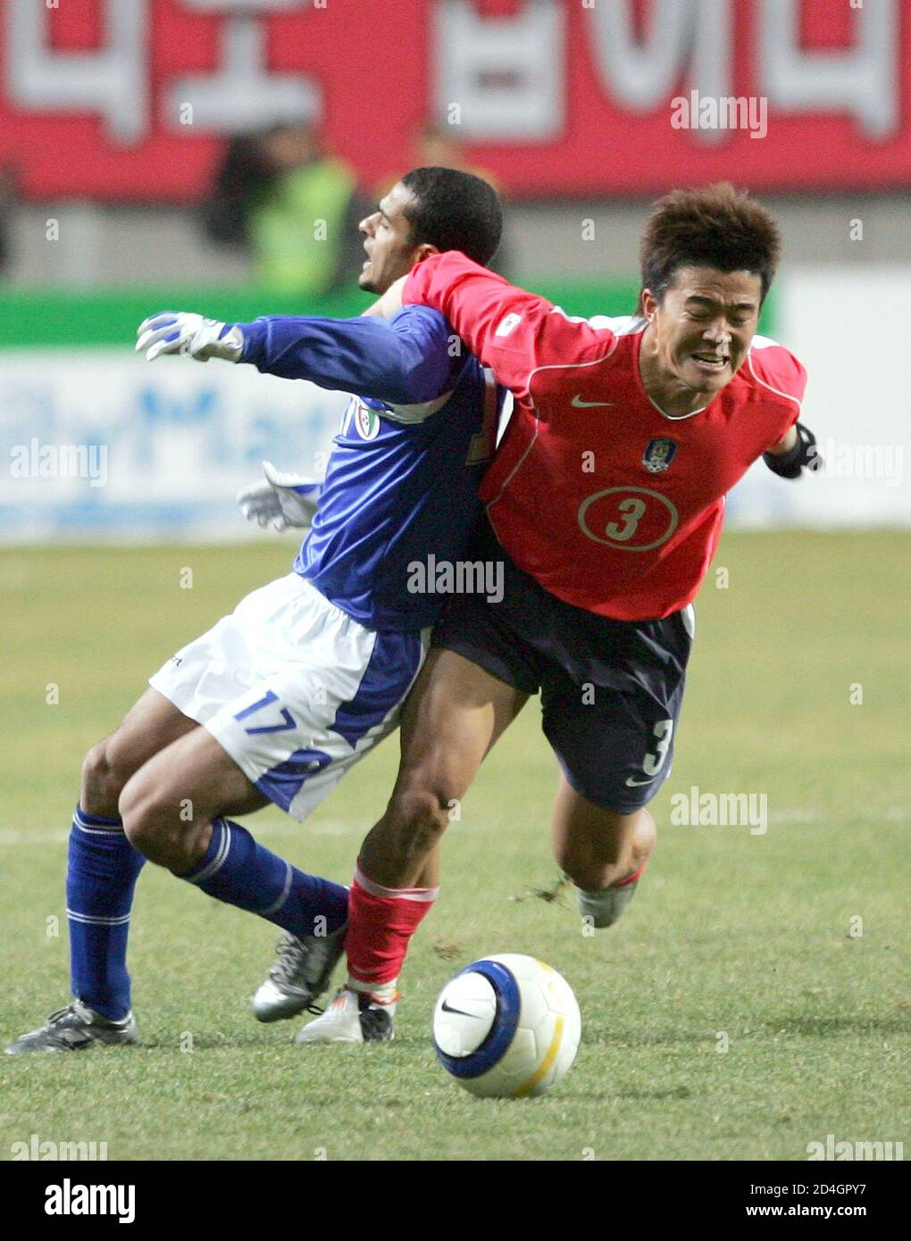 South Korea's Park Jae-hong (R) and Kuwait's Bader Al-Mutwa battle for the ball during the final Asian qualifying round for the 2006 World Cup, in Seoul February 9, 2005. REUTERS/Kim Kyung-Hoon  KKH/LA Stock Photo