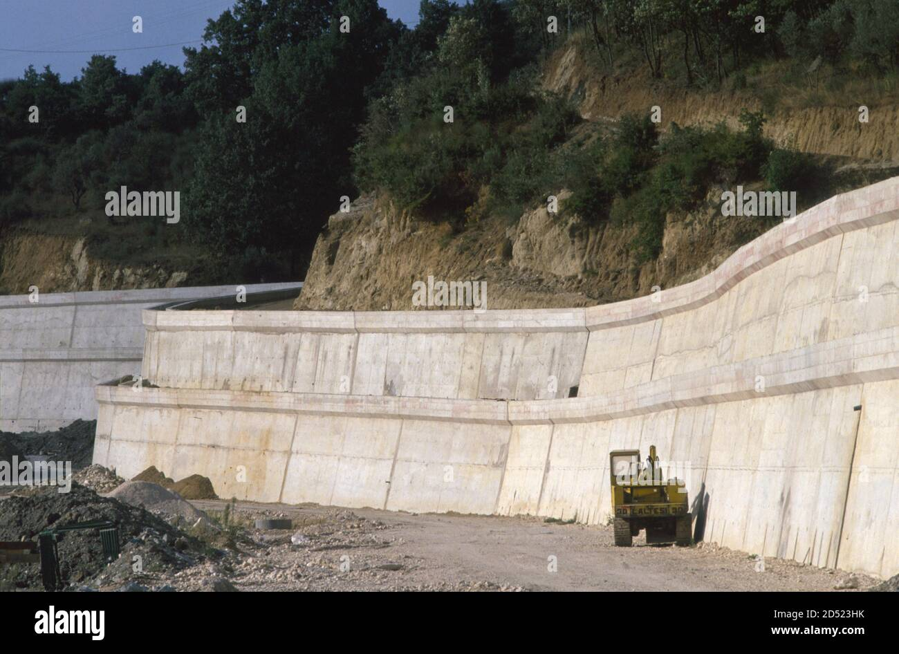 - September 1990, Irpinia reconstruction after the earthquake of 1980, retaining wall in Laviano - settembre 1990, ricostruzione in Irpinia dopo il terremoto del 1980, muro di contenimento a Laviano Stock Photo