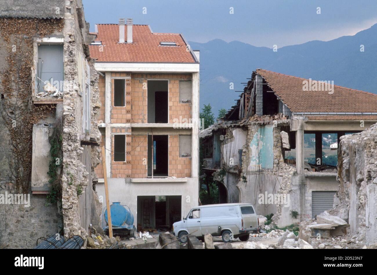 September 1990, Irpinia reconstruction after the earthquake of 1980, old  town of Lioni - settembre 1990, ricostruzione in Irpinia dopo il terremoto  del 1980, centro storico di Lioni Stock Photo - Alamy