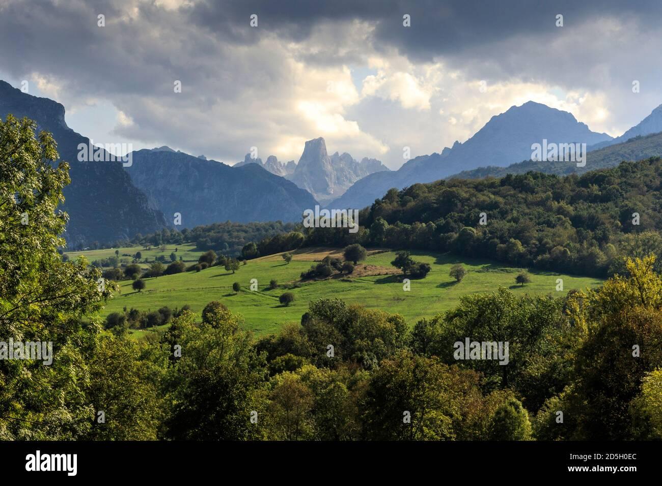 Naranjo Viewpoint Mirador De La Oración Del Pozo Naranjo De Bulnes Picos De Europa Asturias Spain Stock Photo Alamy