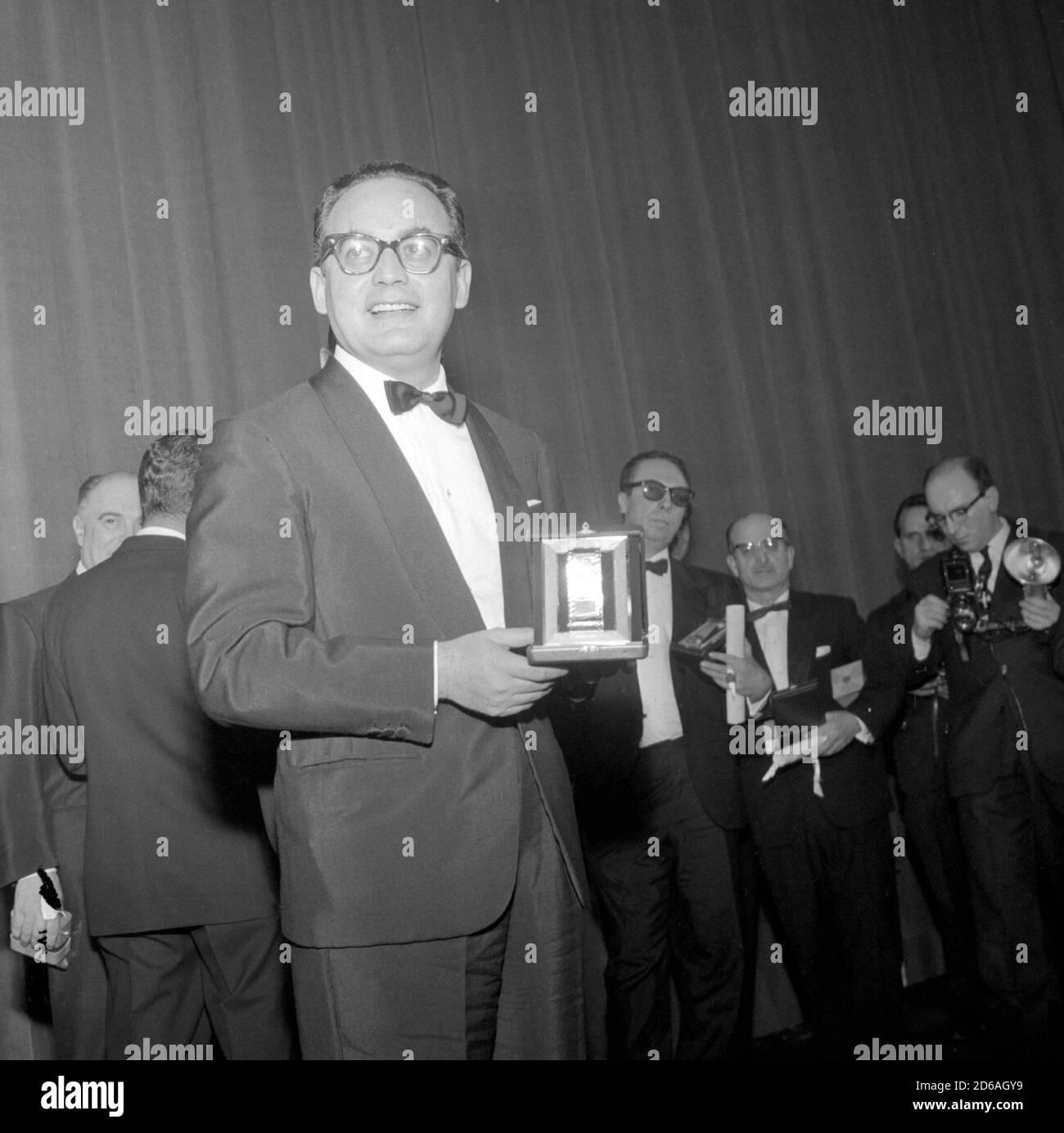 """Delivery of the """"Silver Ribbons"""". Film producer Dino De Laurentis with the award, February 1961. --- Consegna dei """"Nastri d'argento"""". Il produttore cinematografico Dino De Laurentis con il premio, febbraio 1961. Stock Photo"""
