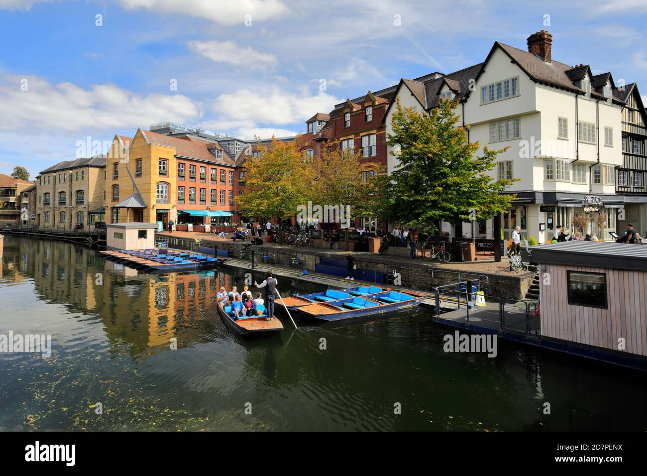 Punts on the river Cam, from the Magdalene Bridge, Cambridge City, Cambridgeshire, England, UK Stock Photo