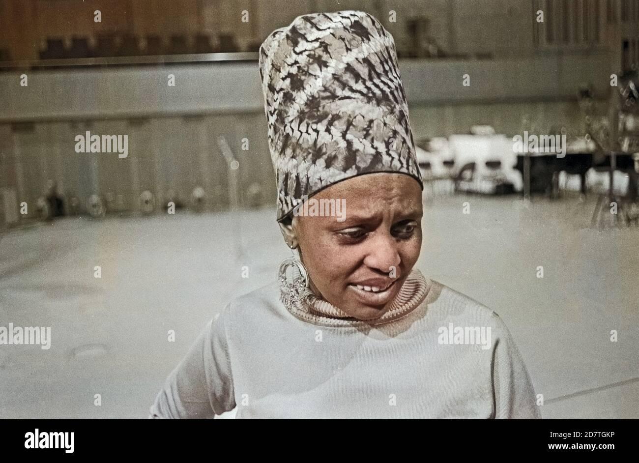 Miriam Makeba, südafrikanische Sängerin, bei Proben zu einem Konzert in Hamburg, Deutschland um 1969. South African singer Miriam Makeba doing rehearsals for a concert at Hamburg, Germany around 1969. Stock Photo