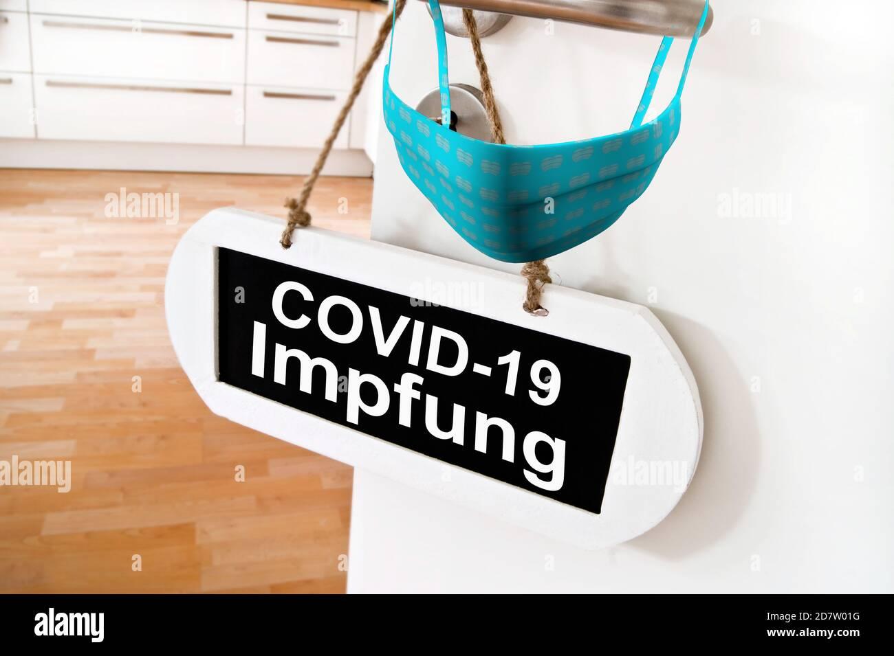 Corona Virus Covid 19 Impfung  Konzept Tür mit Schild und Maske Stock Photo