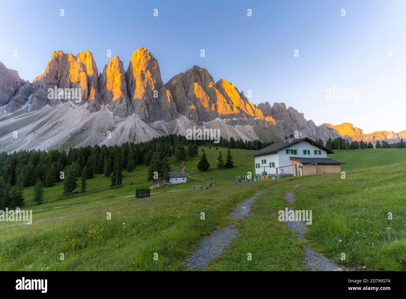 Sass Rigais, Furchetta and Odle mountains at sunset seen from Glatsch Alm hut, Val di Funes, South Tyrol, Dolomites, Italy Stock Photo