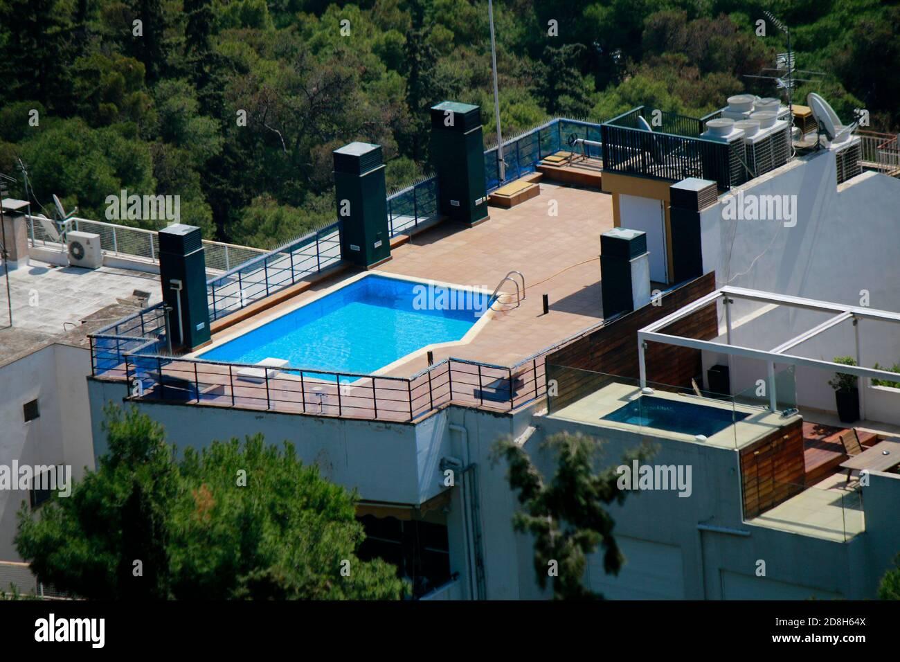 Swimming Pools auf dem Dach eines Mehrfamilienhauses, Athen, Griechenland. Stock Photo