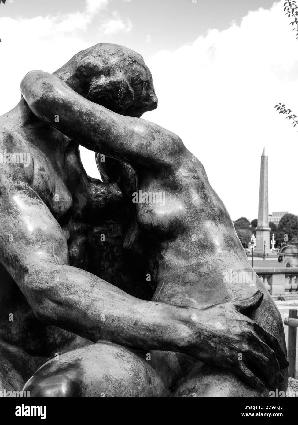 """AUGUSTE RODIN (1840-1917) LE BAISER """"THE KISS"""" BRONZE SCULPTURE IN PARIS JARDIN DES TUILERIES AND THE OBÉLISQUE EGYPTIAN MONUMENT PLACE DE LA CONCORDE IN THE BAKGROUND - PARIS ART - FRENCH ARTIST - BLACK AND WHITE PHOTOGRAPHY © F.BEAUMONT Stock Photo"""