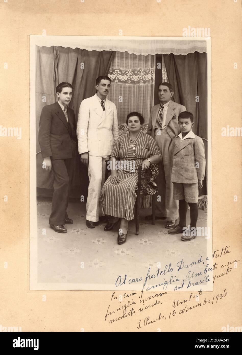 1936, San Paulo, BRAZIL :  An italian emigrants family , of JEWISH religion , send to italian relatives a photo group with dedication  - BRASILE - EBREI - EBREO - EBRAICO - EBRAISMO  - EMIGRANTS - EMIGRAZIONE -  EMIGRANTE - EMIGRANTI ITALIANI  - ITALIA  - FOTO STORICHE - HISTORY - portrait - ritratto  -  IMMIGRANTS  - Immigranti - FAMILY - FAMIGLIA  -  bambini - bambino - INFANZIA - CHILDHOOD - child - children  - FASHION - MODA - ANNI TRENTA - 30's - '30 -  tie - cravatta - colletto - collar - anello - anelli - rings - figli - sons - brothers - fratelli - fratello - matriarca - matriarcato - Stock Photo