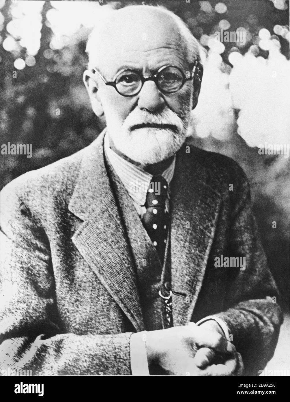 1932 ca.  : The austrian father of psychoanalysis SIGMUND FREUD ( Freiberg 1856 - London 1939 )  - PSYCHOANALYST - PSICANALISTA - PSICOANALISTA - PSICANALISI - PSICOANALISI - ebreo - jewish  - RITRATTO - PORTRAIT - profilo - profile - occhiali - glasses - lens - barba bianca - white beard - uomo anziano vecchio - older old ancient man - SCIENZIATO - SCIENTIST - genio - genius  - ring - stempiato - stempiatura - thinning at the temples  - cravatta - tie - pois - polka dots - colletto - collar  © Archivio GBB / Stock Photo