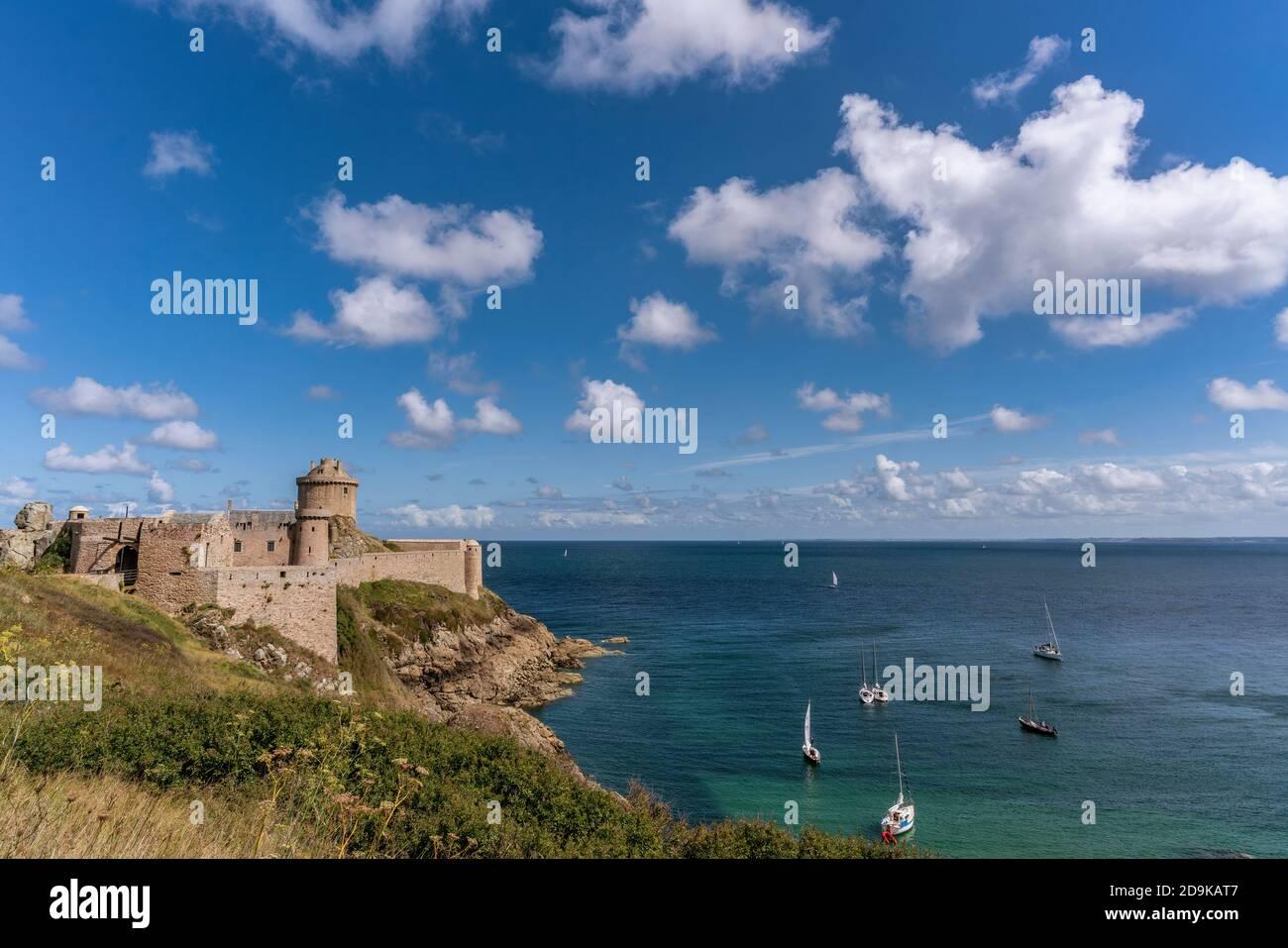 """Felsenburg Fort La Latte, Chateau de la Roche Goyon,  Cap Frehel, Filmkulisse """" Die Wikinger"""" mit Kirk Douglas und Sat 1 Produktion """" Tristan und Isol Stock Photo"""
