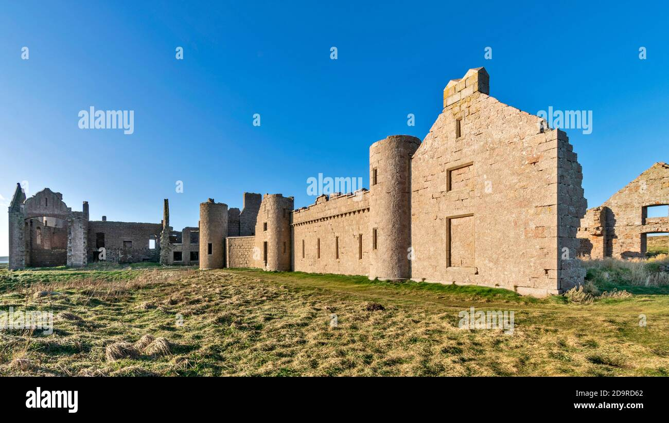 SLAINS CASTLE CRUDEN BAY ABERDEENSHIRE SCOTLAND EXTENSIVE RUINS OF A REMOTE CASTLE VIEWED FROM SEAWARD SIDE Stock Photo
