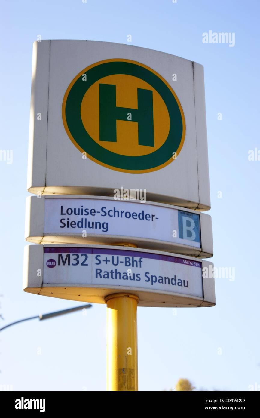 Eine Bushaltestelle der BVG: Haltestelle Louise-Schroeder-Siedlung in Staaken, Berlin-Spandau, Linie M 32 Stock Photo