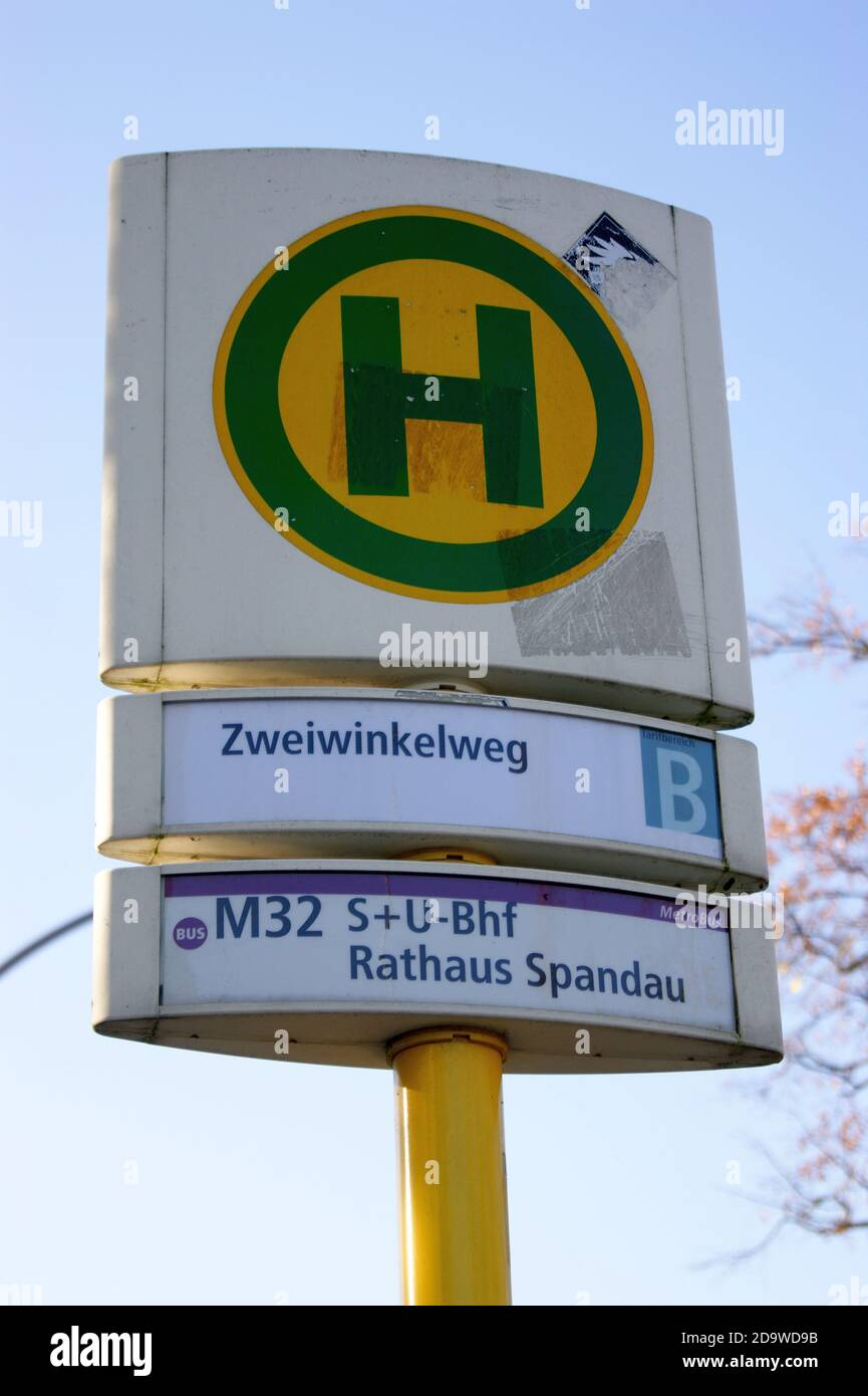 Eine Bushaltestelle der BVG: Haltestelle Zweiwinkelweg in Staaken, Berlin-Spandau, Linie M 32 Stock Photo