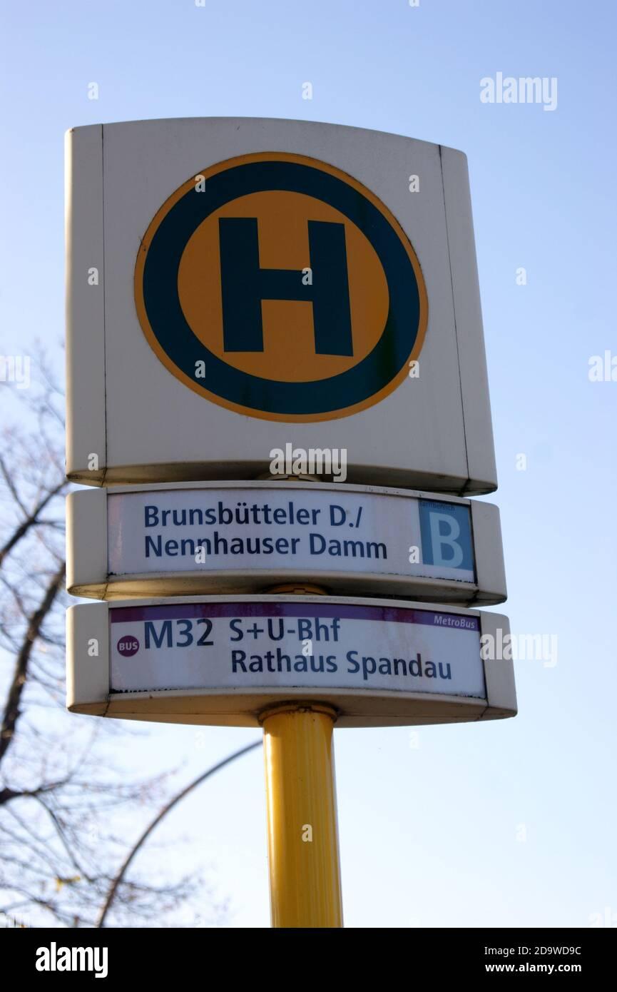 Eine Bushaltestelle der BVG: Haltestelle Brunsbütteler Damm Ecke Nennhauser Damm in Staaken, Berlin-Spandau Stock Photo