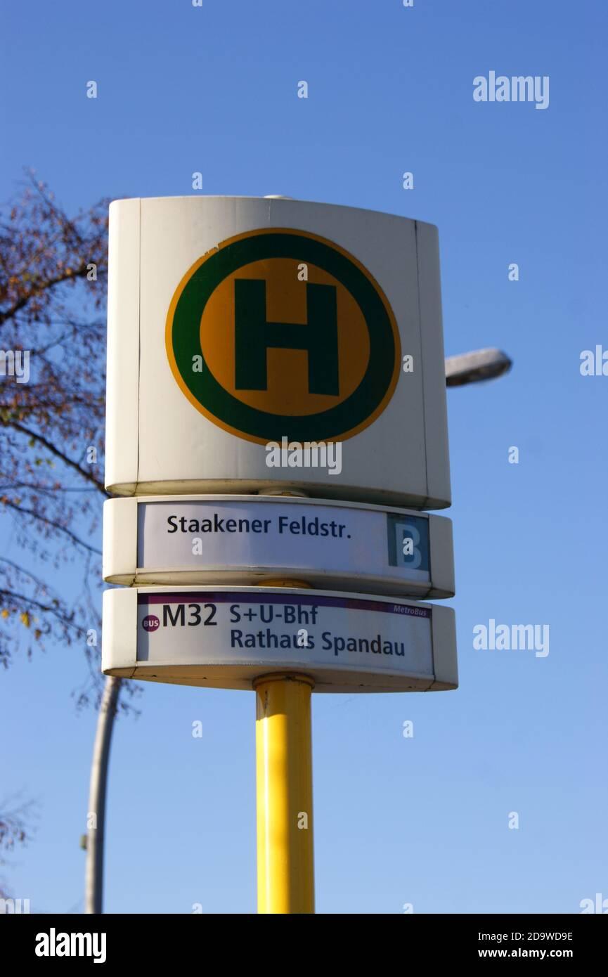 Eine Bushaltestelle der BVG: Haltestelle Staakener Feldstraße in Staaken, Berlin-Spandau Stock Photo