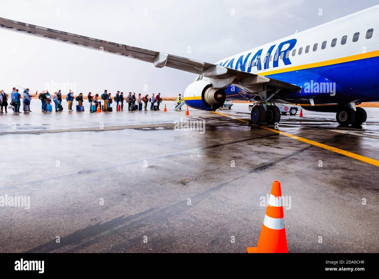 ouarzazate airport ryanair plane being boarded ouarzazate dra tafilalet morocco north africa 2DA0CHR