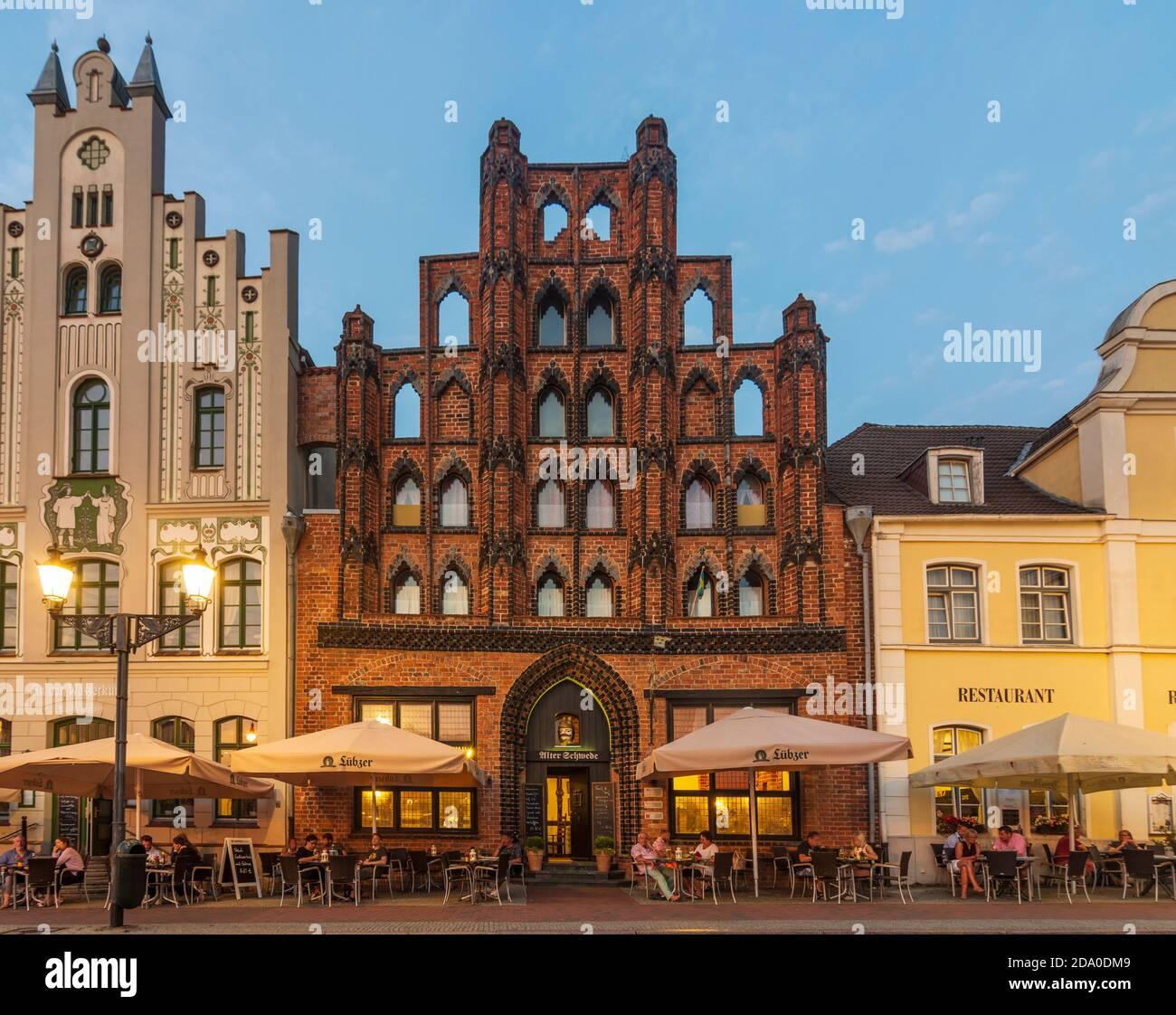 Wismar: Market Square with house Alter Schwede, Ostsee (Baltic Sea), Mecklenburg-Vorpommern, Germany Stock Photo