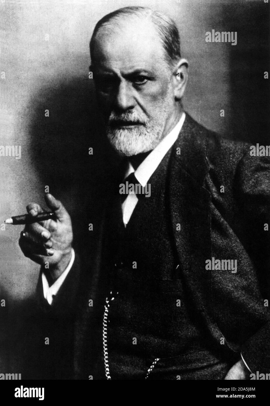 1915 , AUSTRIA : The austrian father of psychoanalysis  SIGMUND FREUD (  1856 -  1939 ) - PSYCHOANALYST - PSICANALISTA - PSICOANALISTA - PSICANALISI - PSICOANALISI - ebreo - jewish -  sigaro - cigar - fumo - fumatore - smoke - smoker - personalità che fuma - celebrity - personality - RITRATTO - PORTRAIT - collar - colletto - tie - cravatta papillon - barba bianca - white beard - uomo anziano  vecchio - older old ancient man - SCIENZIATO - SCIENTIST - genio - genius - catena orologio - chain clock - anello - ring - stempiato - stempiatura - thinning at the temples  ----  Archivio GBB Stock Photo