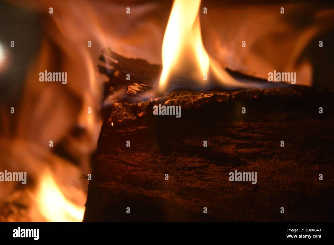 Wärme und Licht, ein prasselndes Kaminfeuer im Herbst - warmth and light, a crackling fire in autumn Stock Photo