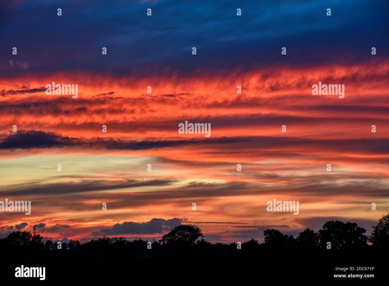 Wolkendecke, Sonnenuntergang, Sonnenaufgang, Abendrot, Morgenrot, Dämmerung, Abenddämmerung, Morgendämmerung, Himmel, Wolken, leuchten, Strahlen, Blau Stock Photo