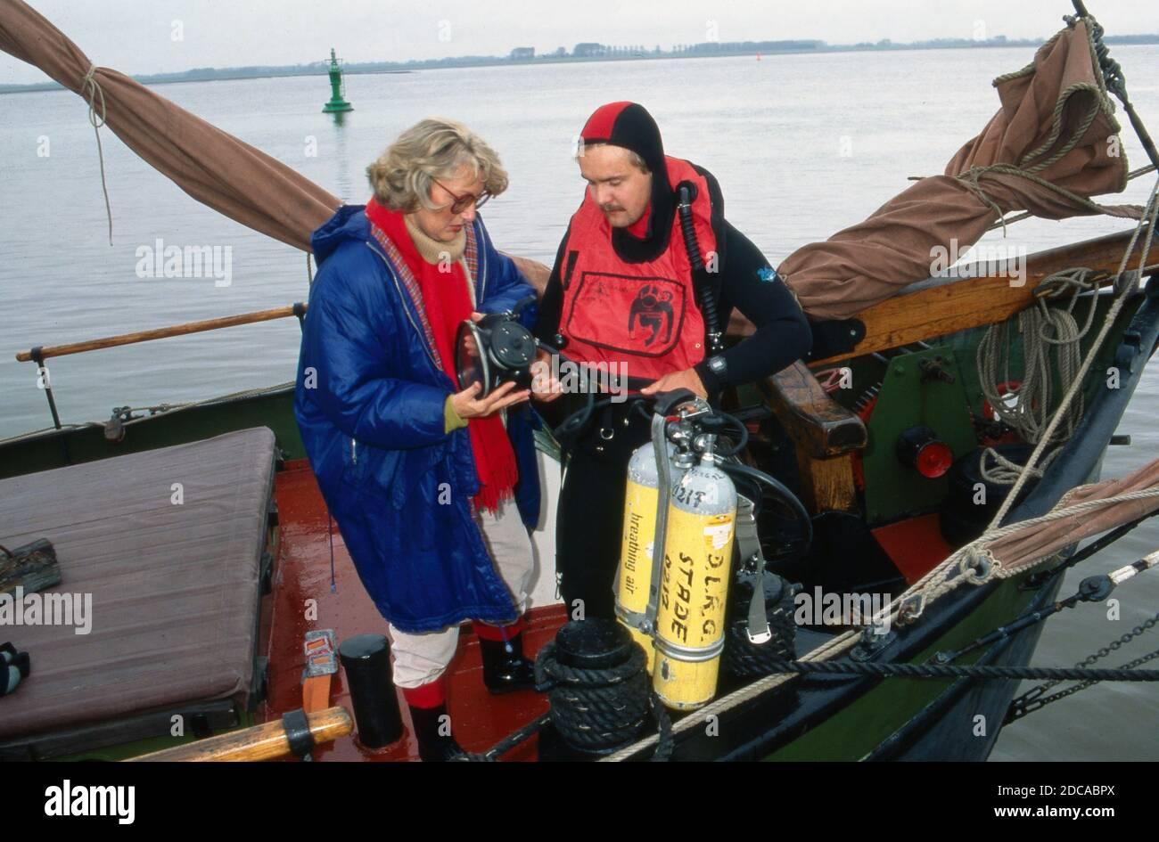 """Gisela Graichen, deutsche Fernsehjournalistin und Autorin, mit Taucher an Bord des Segelboots """"Heinrich Lühe"""" für die ZDF Archäolgie-Sendung """"C14"""", Deutschland 1991. Stock Photo"""