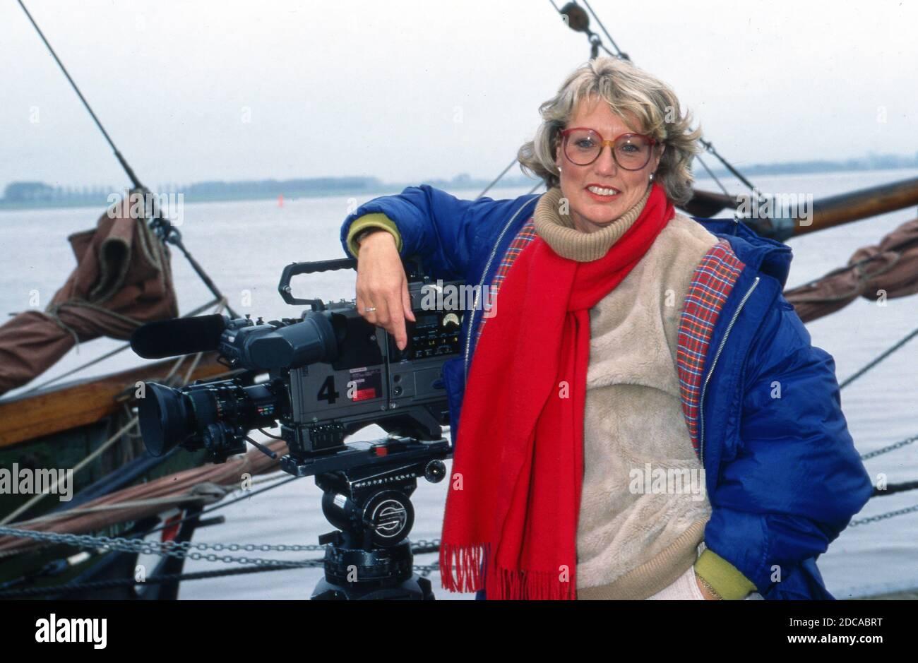 """Gisela Graichen, deutsche Fernsehjournalistin und Autorin, an Bord des Segelboots """"Heinrich Lühe"""" für die ZDF Archäolgie-Sendung """"C14"""", Deutschland 1991. Stock Photo"""
