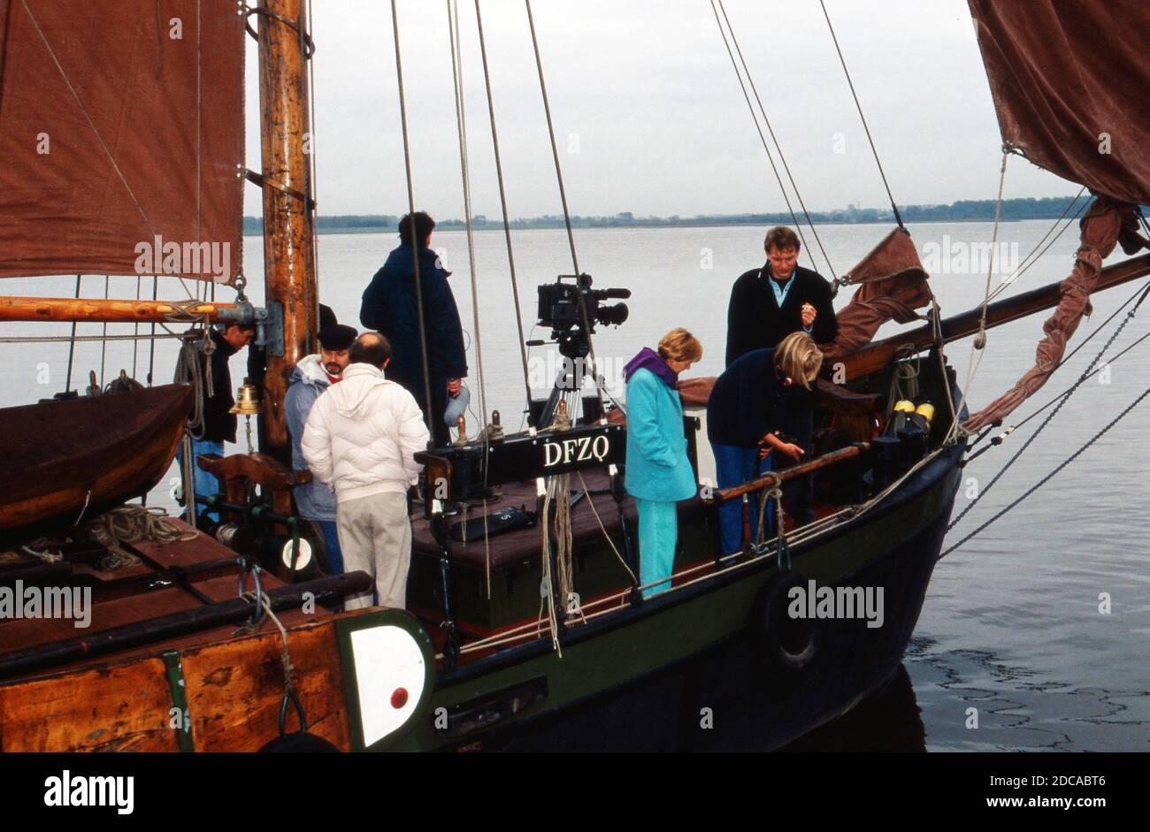 """Team an Bord des Segelboots """"Heinrich Lühe"""" für die ZDF Archäolgie-Sendung """"C14"""", Deutschland 1991. Stock Photo"""