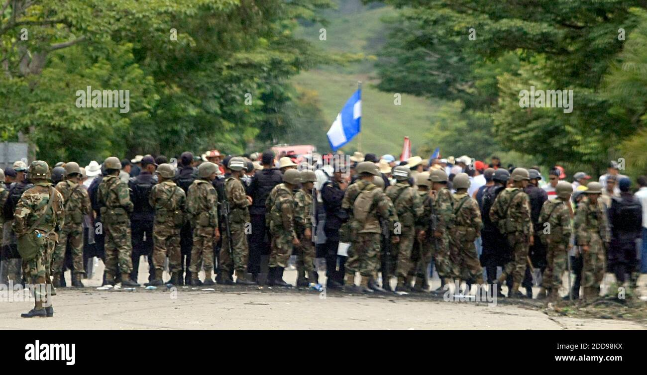 NO FILM, NO VIDEO, NO TV, NO DOCUMENTARY - Honduran police and army soldiers close the entrance of Paraiso, a town located near the border with Nicaragua, Saturday, July 25, 2009. The Honduras-Nicaragua border remains closed while ousted President Manuel Zelaya stayed on the Nicaragua side with a group of supporters. Photo by Pedro Portal/EL Nuevo Herald/Miami Herald/MCT/ABACAPRESS.COM Stock Photo