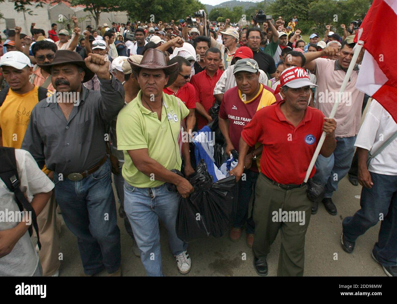 NO FILM, NO VIDEO, NO TV, NO DOCUMENTARY - A group of Honduran supporters of ousted president Manuel Zelaya, carry the body of Pedro Magdiel Munoz Salvador, a 23-year-old male found stabbed to death outside Paraiso, Honduras, Satuday, July 25, 2009. Zelaya's supporters accused the Honduran Army of Salvador's death. Photo by Pedro Portal/EL Nuevo Herald/Miami Herald/MCT/ABACAPRESS.COM Stock Photo