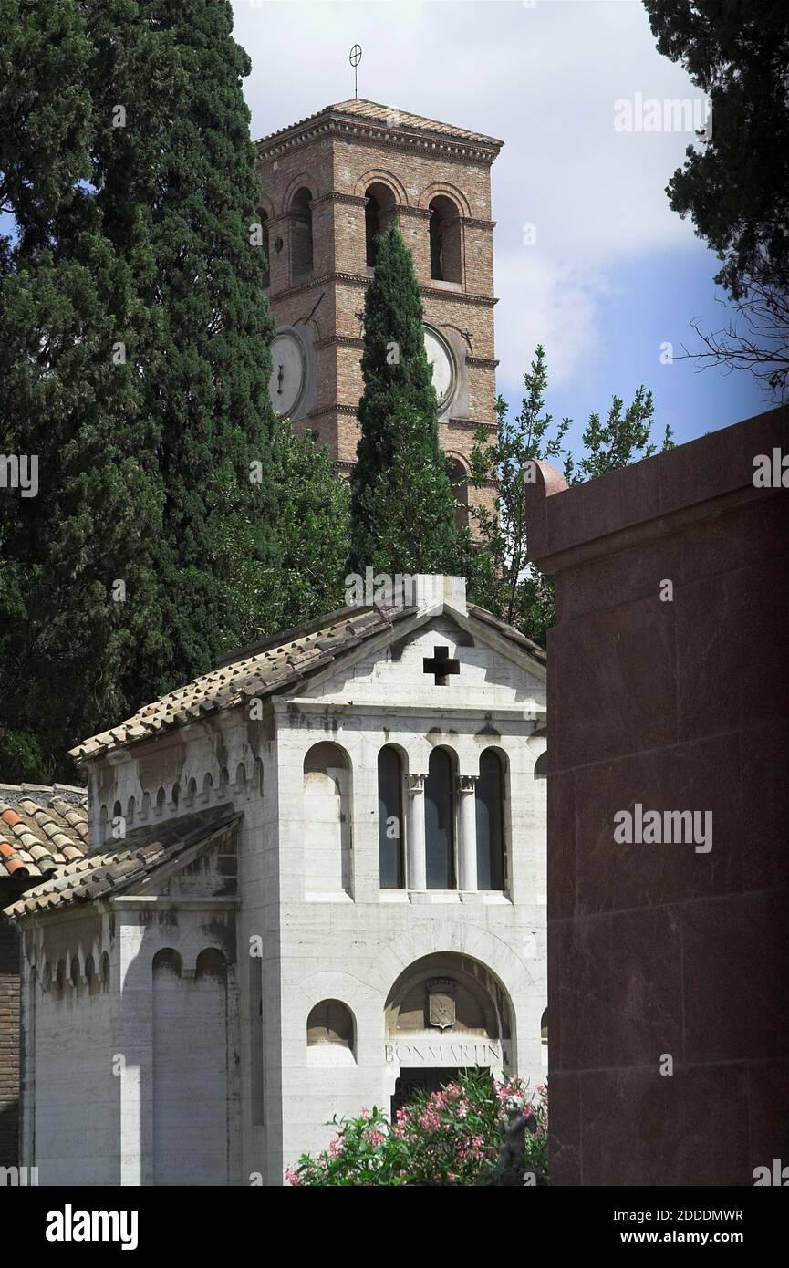 Roma, Rom, Basilica Papale di San Lorenzo fuori le mura; Sankt Laurentius vor den Mauern; Romanesque belfry seen from Campo Verano. Stock Photo