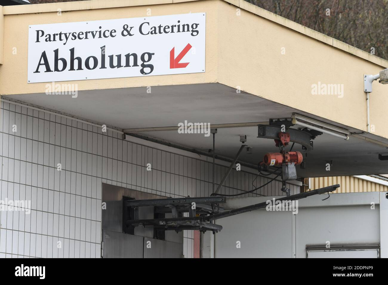 "26 November 2020, Baden-Wuerttemberg, Biberach an der Riß: The Biberach slaughterhouse is closed. A sign with the inscription ""Partyservice und Catering - Abholung"" is attached to the building. Photo: Felix Kästle/dpa Stock Photo"