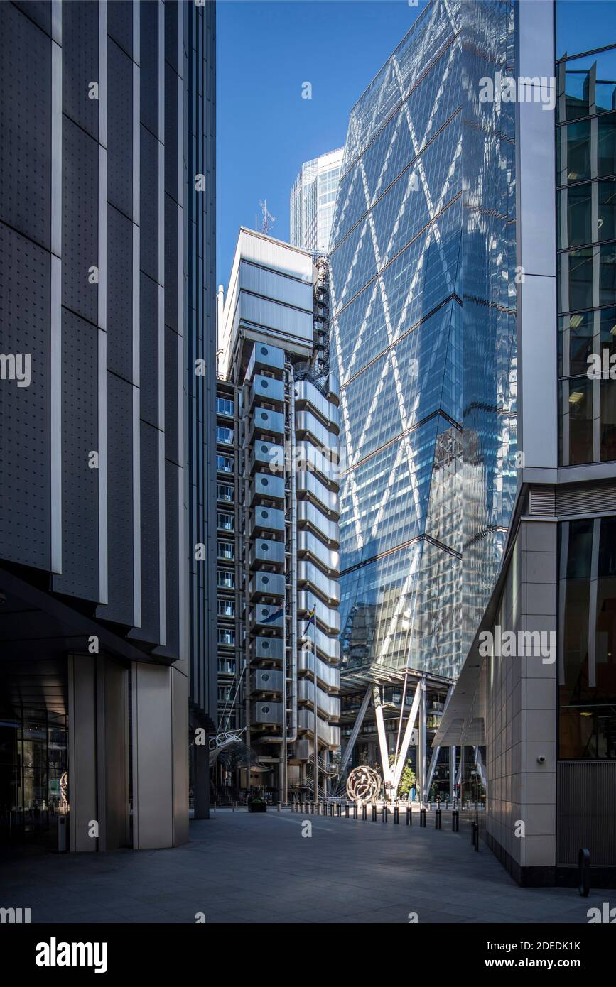 The Leadenhall building's diagonal bracing and the undercroft can be clearly seen in this image, with th Lloyd's building on the left. On either side Stock Photo