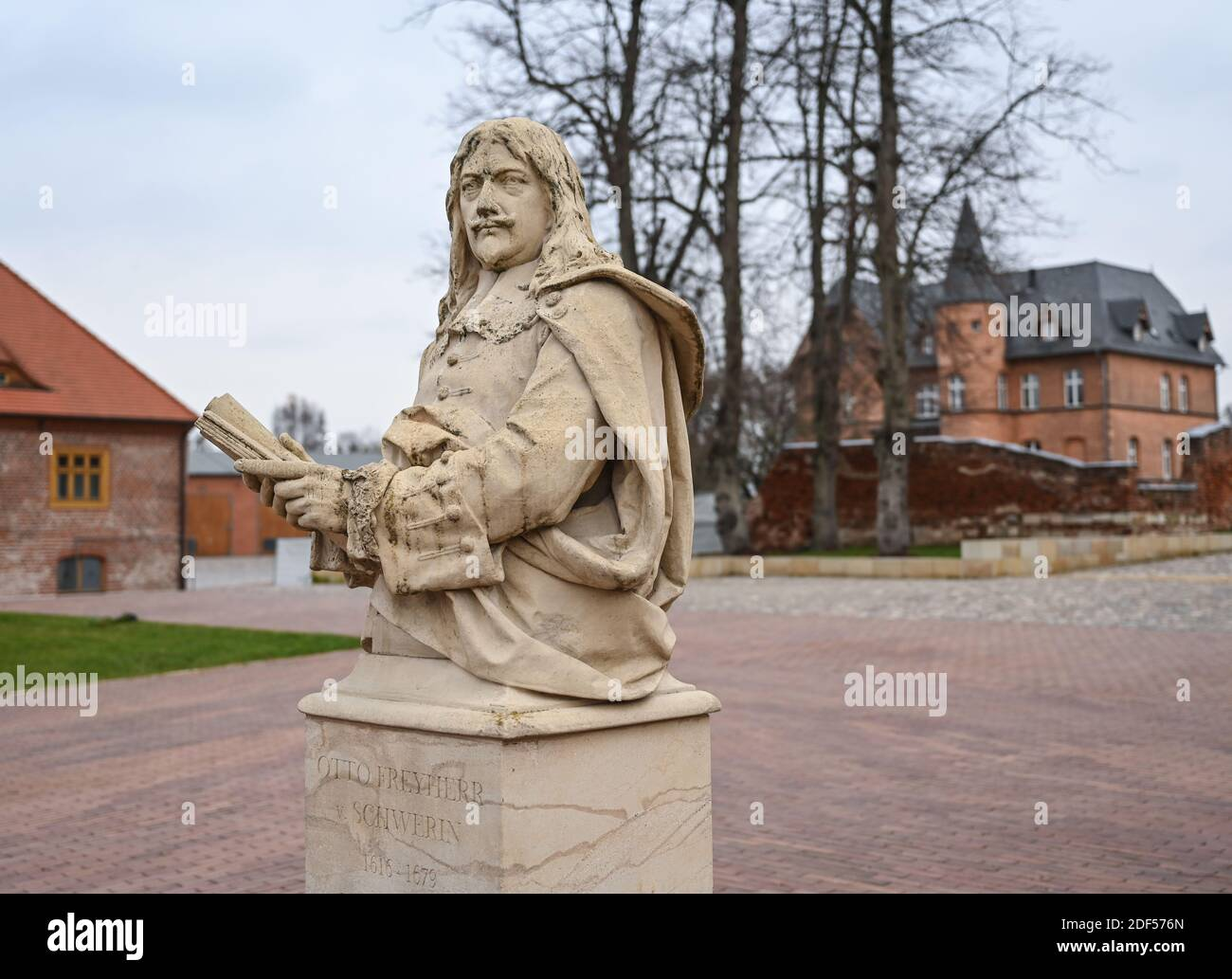 01 December 2020, Brandenburg, Altlandsberg: A sandstone bust of Otto Freyherr von Schwerin (1616 - 1679) can be seen on the grounds of the former Hohenzollern castle.  The fact that a Hohenzollern castle once stood in Altlandsberg was not known even to some of the locals for a long time. In the meantime, the renovated, listed castle ensemble has become a popular excursion destination, this year awarded the Brandenburg Tourism Prize. Photo: Patrick Pleul/dpa-Zentralbild/ZB Stock Photo