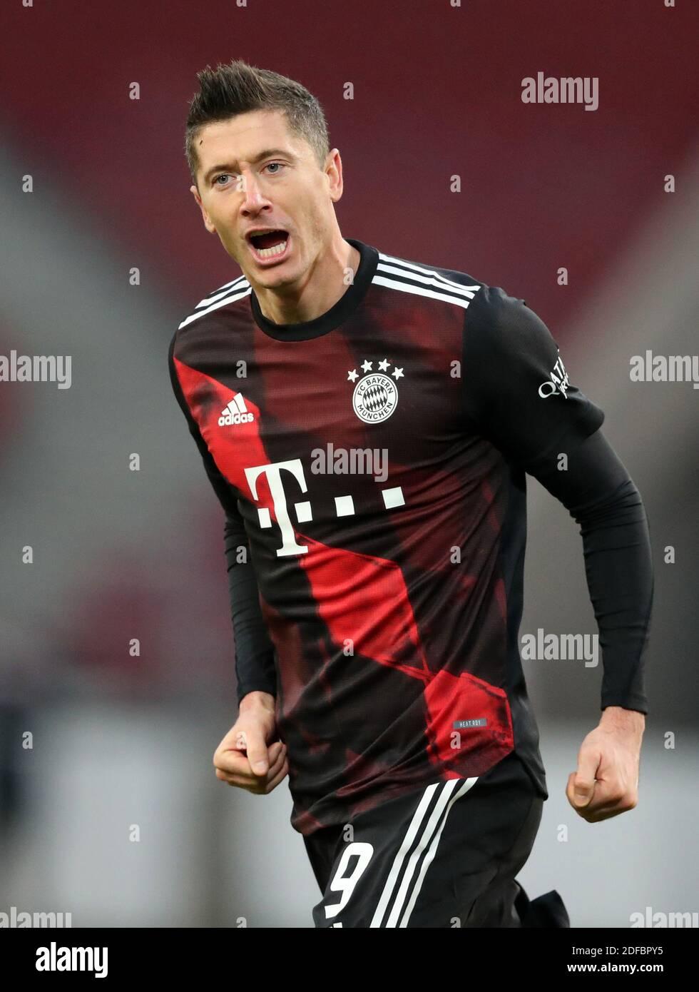 Robert Lewandowski FC Bayern München celebrates as he scores the goal  1:2   VfB Stuttgart - FC Bayern München  Fussball Bundesliga Saison  2020 / 202 Stock Photo