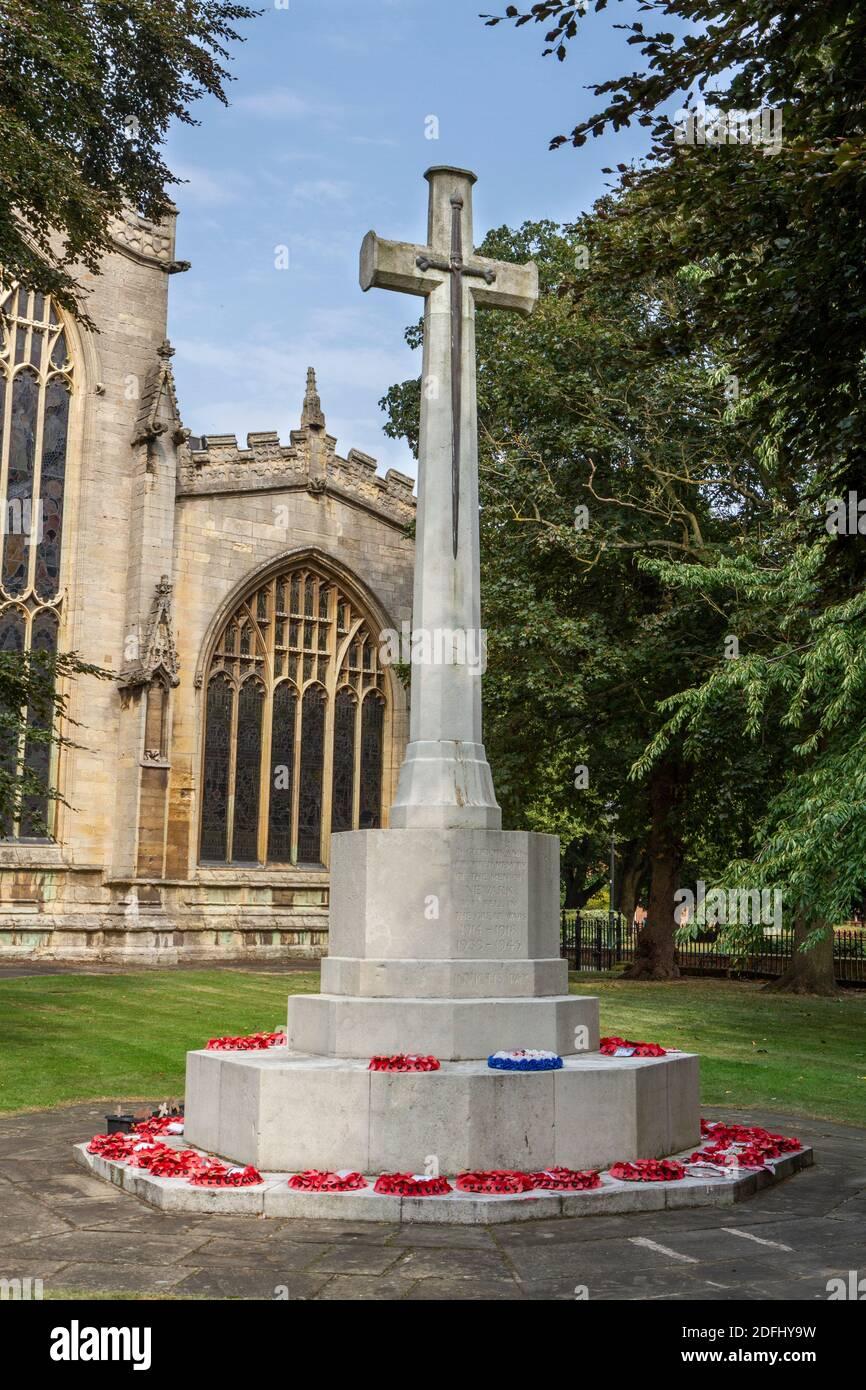 Cross of Sacrifice in the grounds of St Mary Magdalene Parish Church in Newark-on-Trent, Nottinghamshire, UK. Stock Photo
