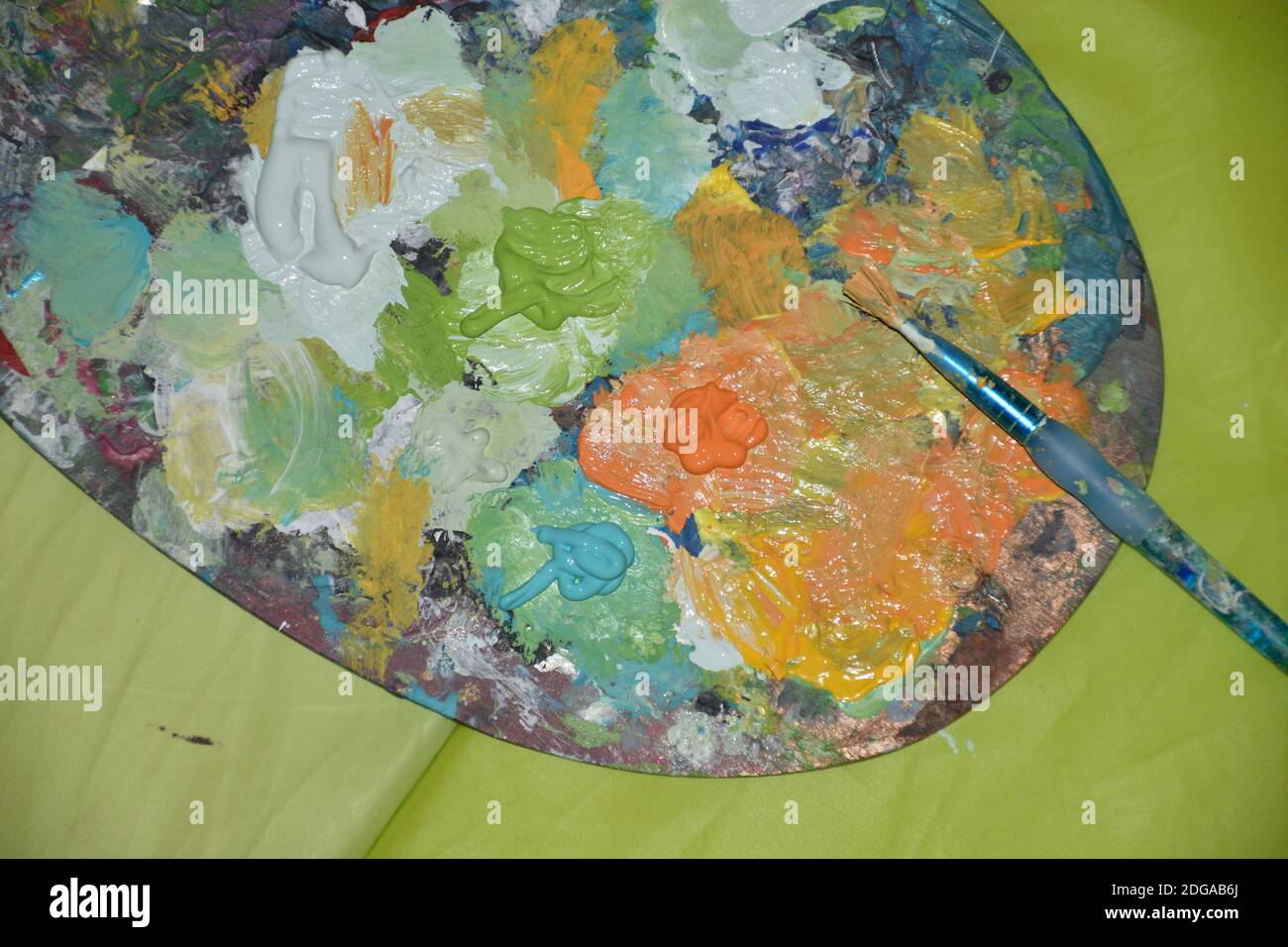 Farbe, Pinsel, Bunt, Holz, Farbtafel, Wasserfarben, Aquarell, Aquarellfarben, malen, Kunst, künstlerisch, Kultur, mischen, bunt, grün, weiß, gelb, Kle Stock Photo