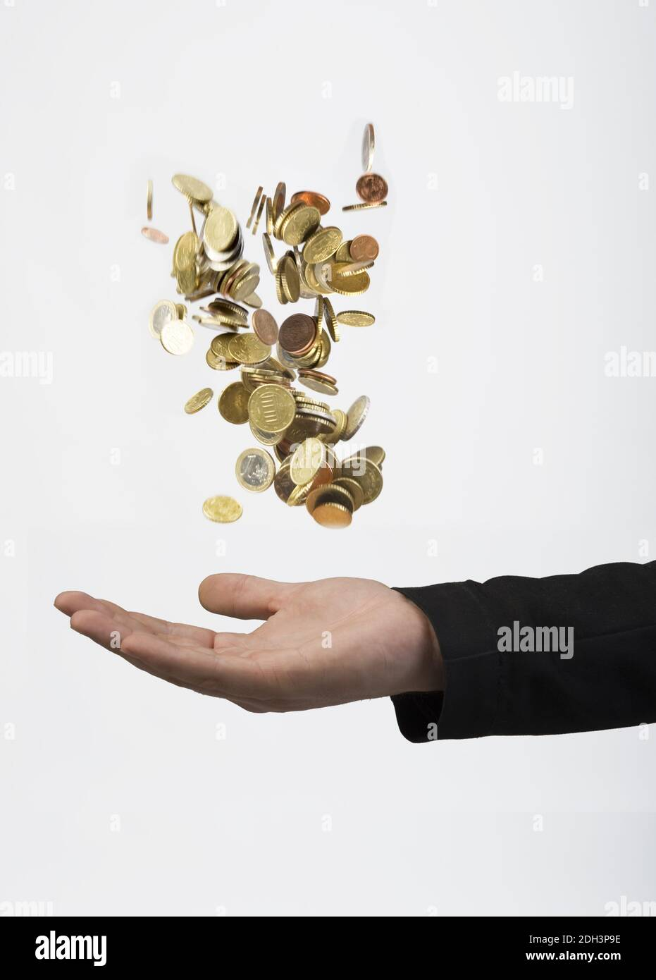 Mann wirft Geldmünzen in die Luft, fängt dise dann auf. Vermögensberater, Finanzjongleur, MR:Yes Stock Photo