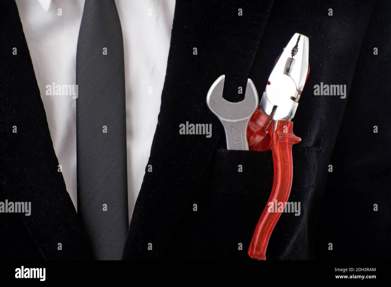 Mann, 40, Geschäftsmann, Anzug, Werkzeug, Zange, Schraubenschlüssel, Selfmade, MR:Yes Stock Photo