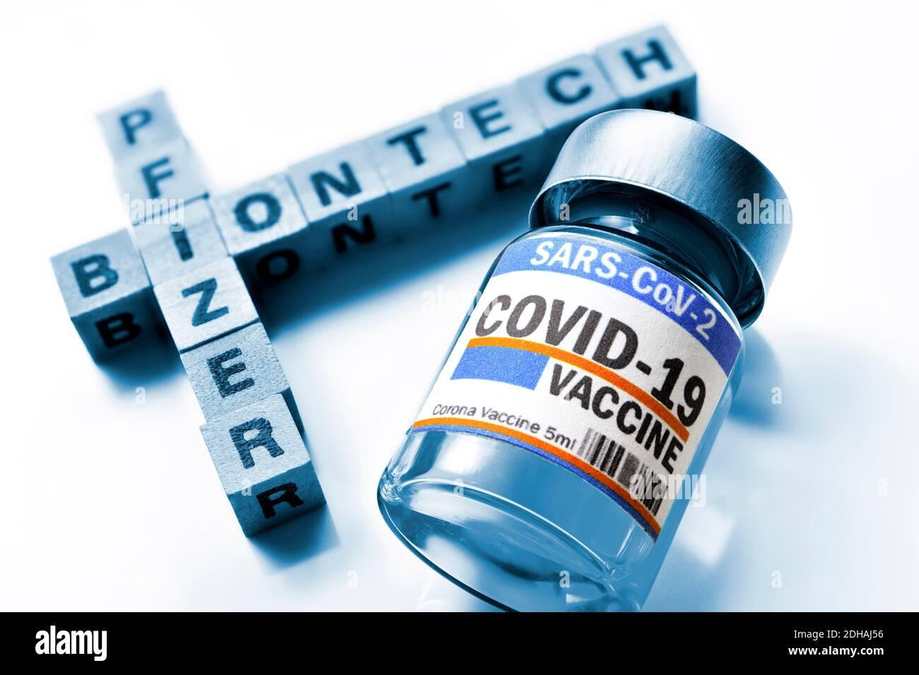Buchstabenwürfel bilden die Schriftzüge Biontech und Pfizer neben Corona-Impfstoff, Symbolfoto Corona-Impfmittel Stock Photo