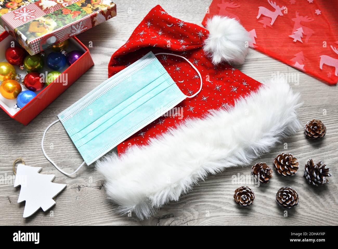 Schutzmaske auf Weihnachtsmannmütze, Weihnachtsfest zu Corona-Zeiten Stock Photo