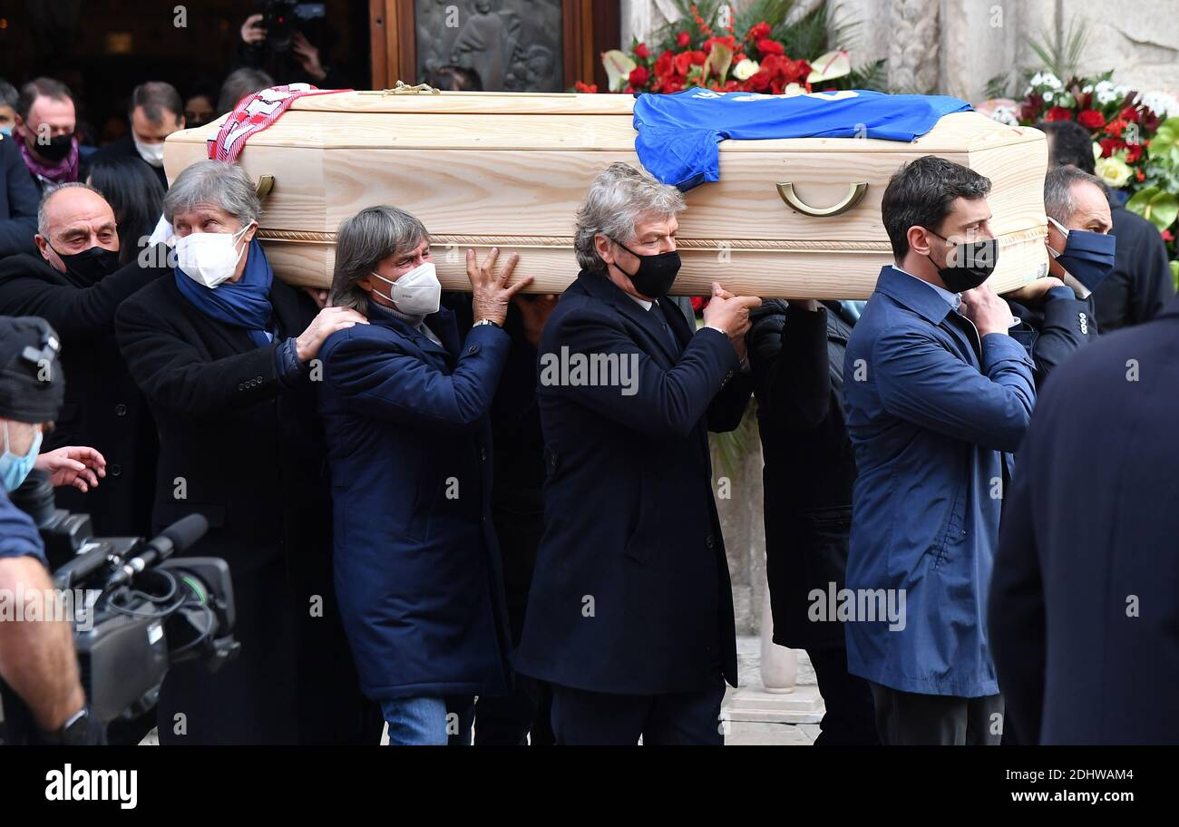 Soccer Football - Funeral for former Italy player Paolo Rossi - Vicenza Cathedral, Vicenza, Italy - December 12, 2020 1982 World cup teammates Franco Causio, Fulvio Collovati, Bruno Conti and Giancarlo Antognoni carry the coffin of Paolo Rossi outside the Vicenza Cathedral REUTERS/Daniele Mascolo Stock Photo