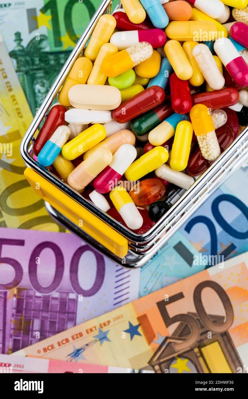 Tabletten, Einkaufswagen, Euroscheine, Symbolfoto für Pharmazeutika, Krankenkassen, Kosten im Gesundheitswesen Stock Photo